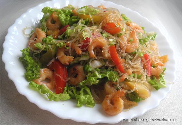 Салат фунчоза с креветками и овощами
