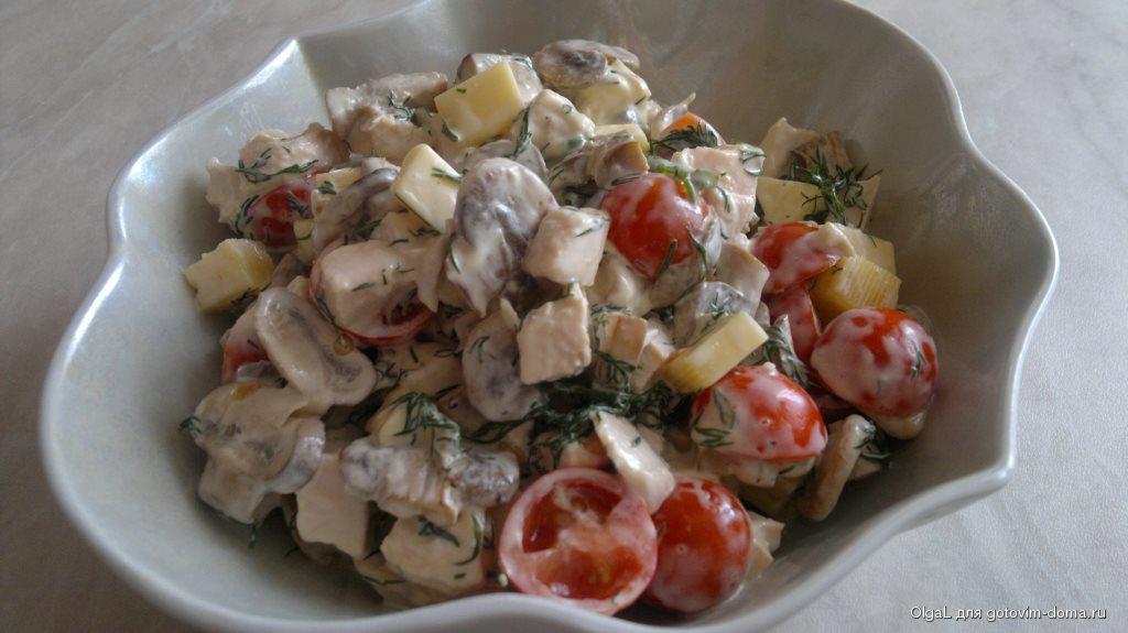 Салат с курицей и кукурузой и сыром с грибами