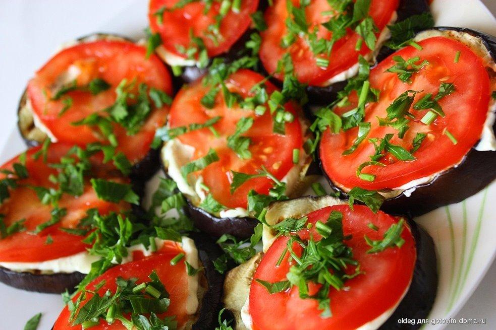 Баклажаны жареные с чесноком и майонезом помидорами