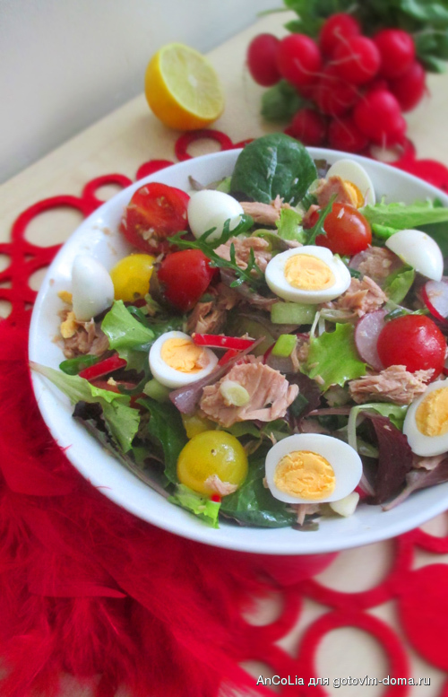 Салат с тунцом и салатными листьями
