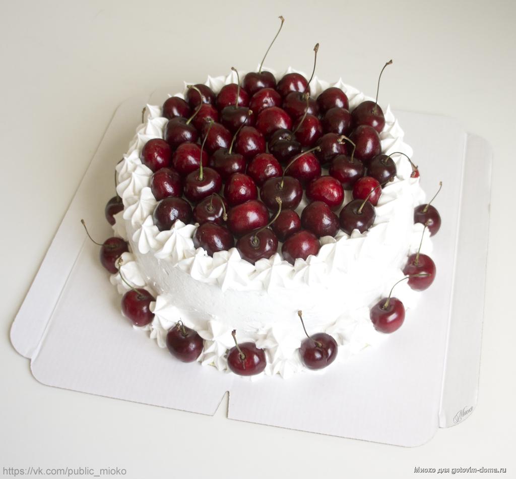 Торт украшенный вишней