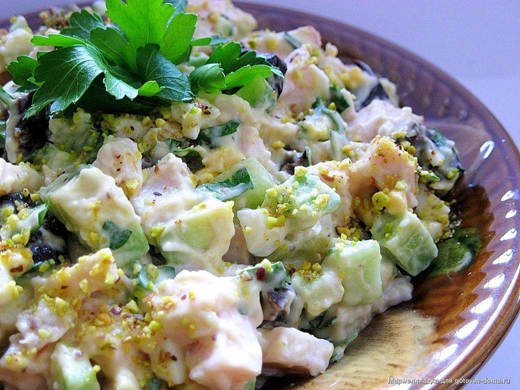 Салат с копченой курицей и салатом