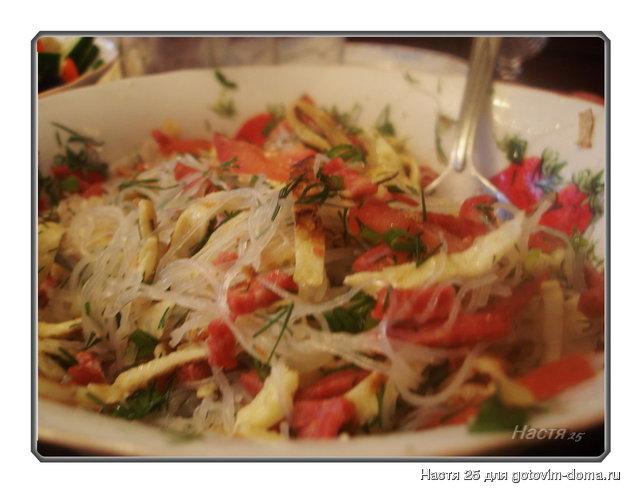 Пошаговый рецепт салата с фунчозой и яичными блинчиками ингредиенты для салата: я уже потом добавила соевый соус и острого перца и все мне еще чего-то хотелось добавить но все равно поели с удовольствием.