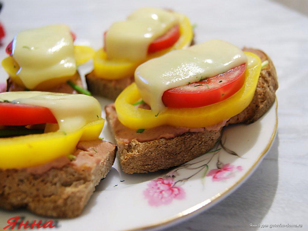 бутерброды с паштетом и сыром