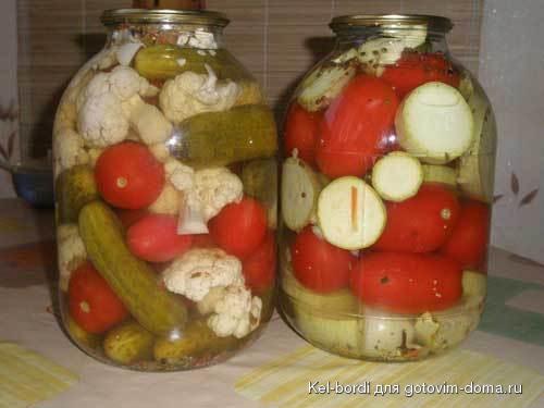ассорти из огурцов и помидоров перца капусты
