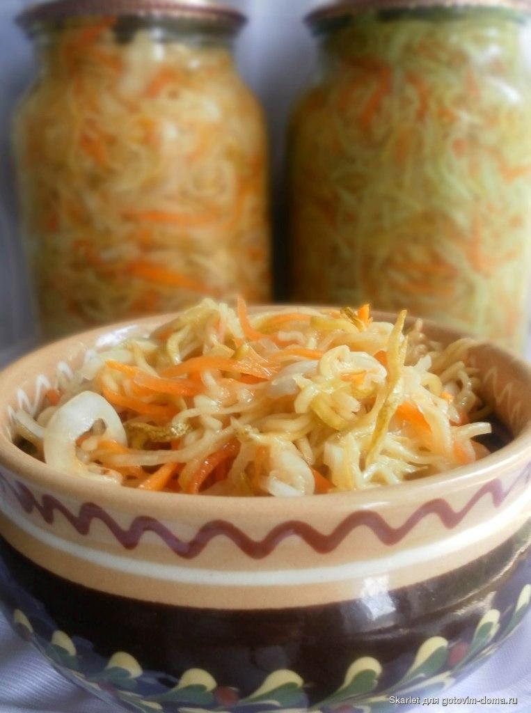 Интересный привкус в салатах придают различные специи и листья фруктовых и овощных растений.