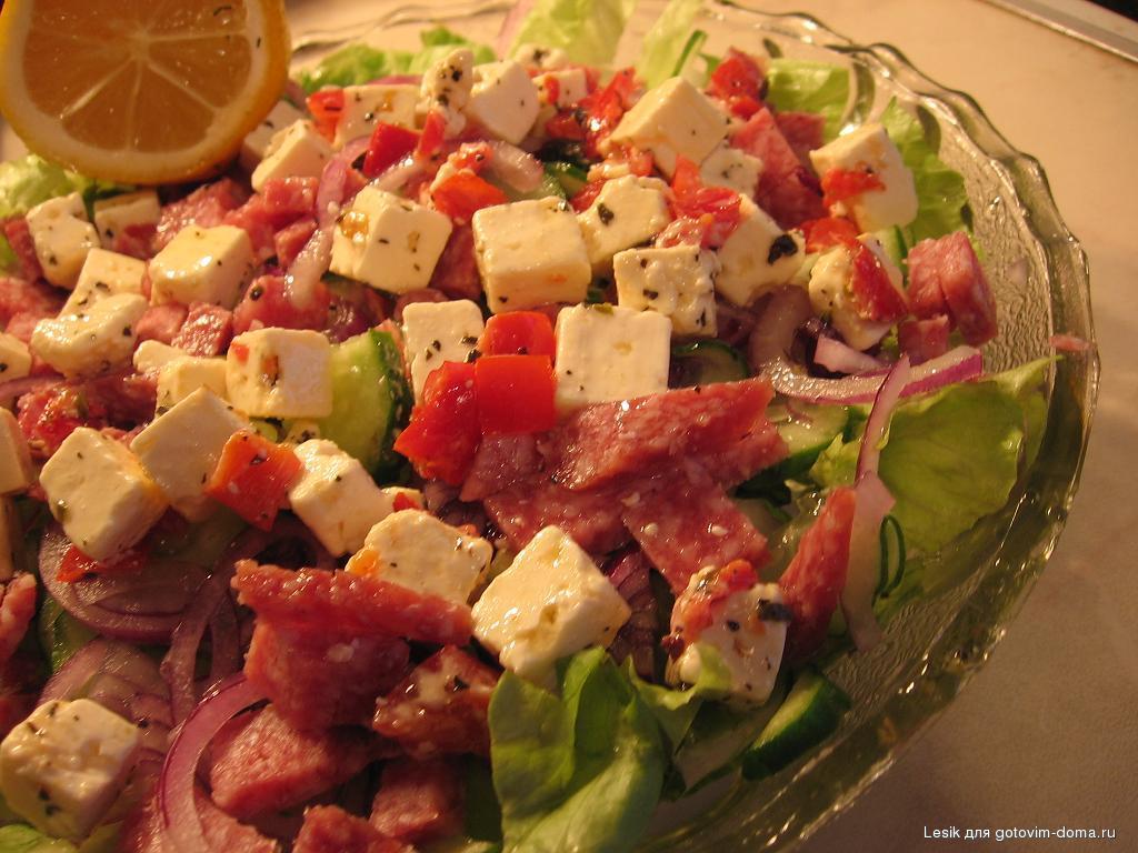 Салат с сосисками и кукурузой