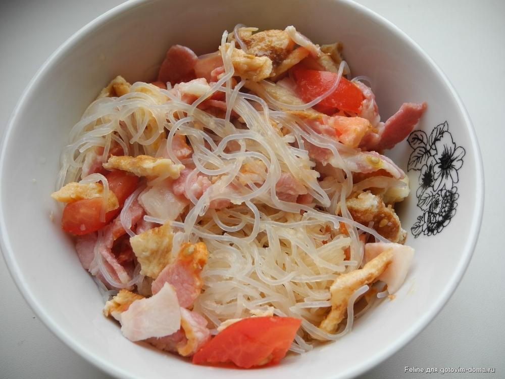 В салатах фунчоза отлично сочетается с овощами, отварным мясом курицы или говядины и даже с грибами.
