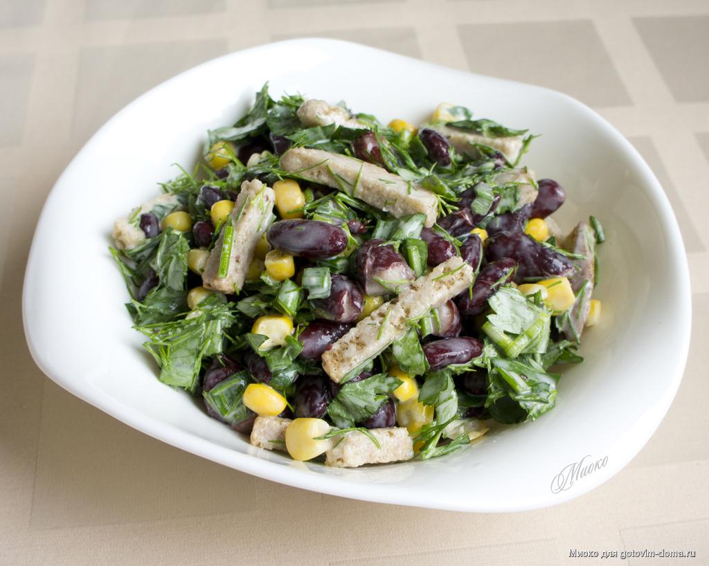 Салат постный с фасолью и сухариками