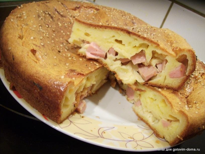Заливной пирог с колбасой и сыром на кефире рецепт