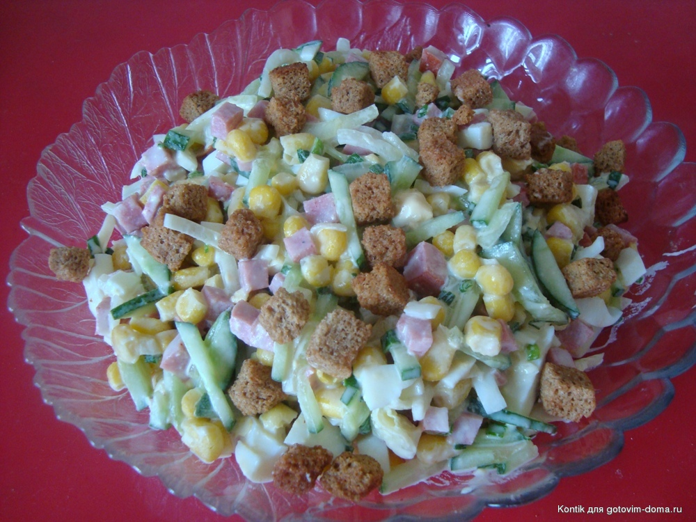 салат из колбасы сухариков и капусты