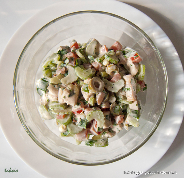 Салат с сельдереем курицей и маслинами