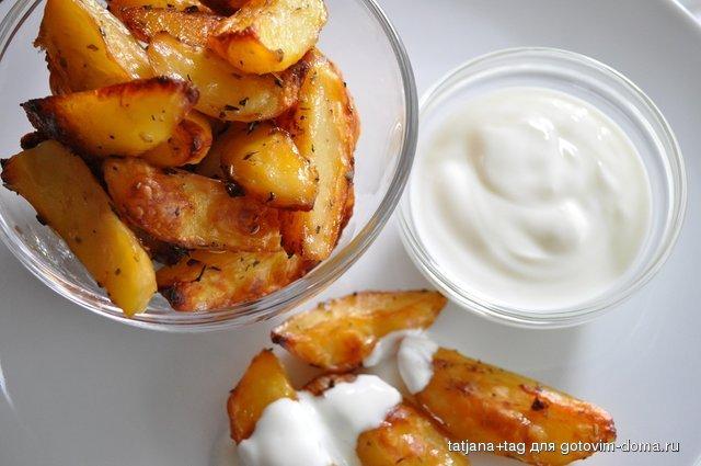жареная картошка с соевым соусом на сковороде