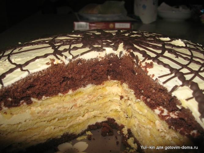 Теперь собираем торт:коричневый корж - сметанный крем - белый корж белками вверх - масляный крем - белый корж белками...