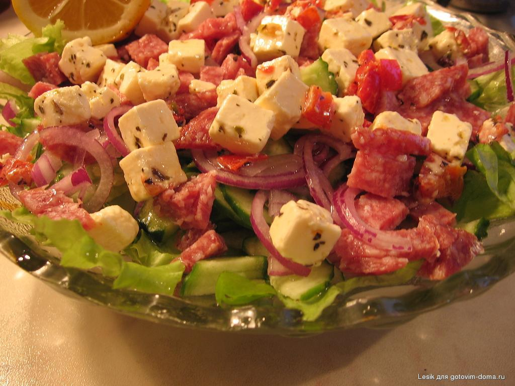 Салаты с сыром и колбасой рецепты