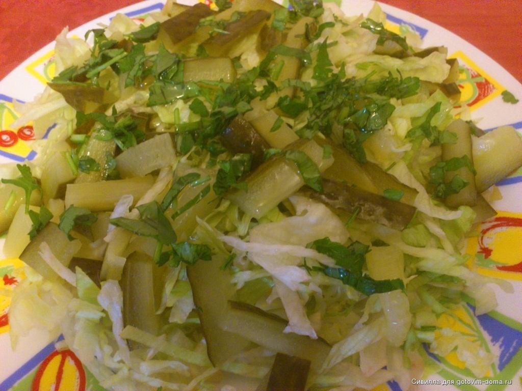 Свежий салат с соленым огурцом