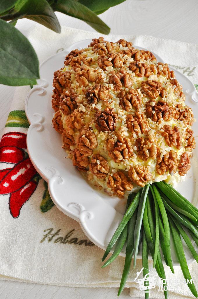 Салат в виде ананаса с грецкими орехами