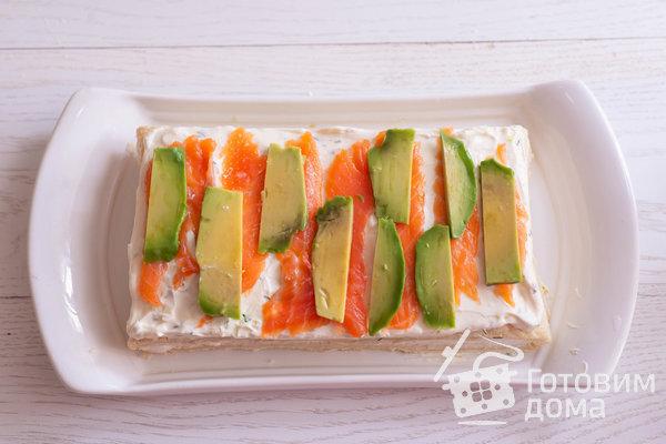 Закусочный слоеный торт с красной рыбой, сливочным сыром и авокадо фото к рецепту 10