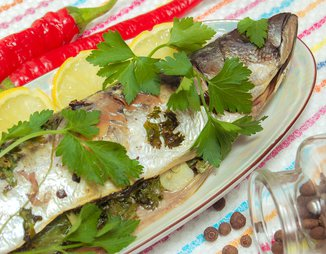 Скумбрия, запеченная с зеленью и чесноком