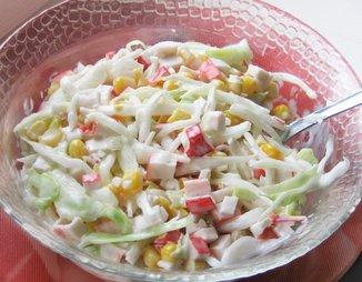 Салат из пикантной капусты с крабовыми палочками