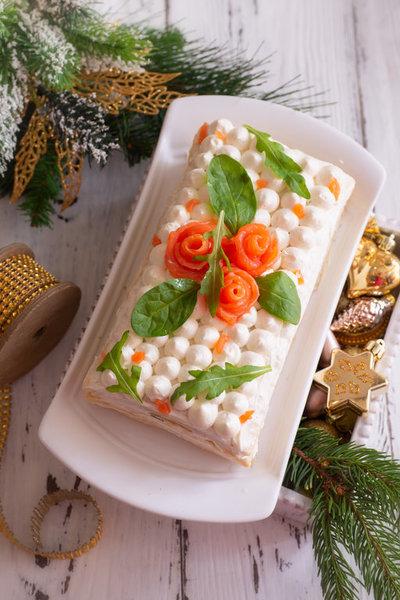 Закусочный слоеный торт с красной рыбой, сливочным сыром и авокадо фото к рецепту 12