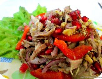 Мясной салат с гранатом и орехами