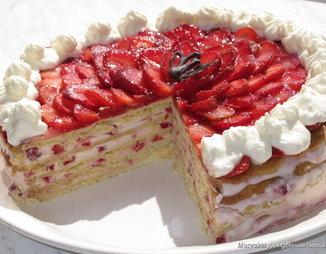 Песочный торт с заварным кремом и клубникой