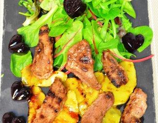 Салат с утиной грудкой, манго и сырными шариками картинки